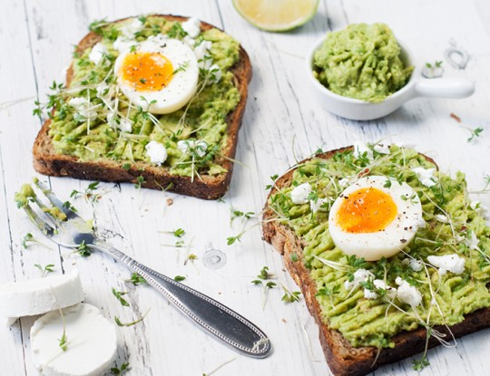 toast met avocadospread, Bettine geitenkaas en een medium gekookt eitje