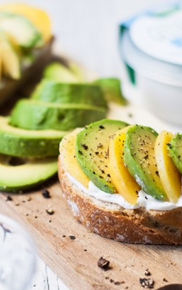 brood met perzik, avocado en geitenkaas