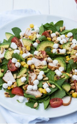 Spinach salad with goat's cheese, avocado and smoked chicken